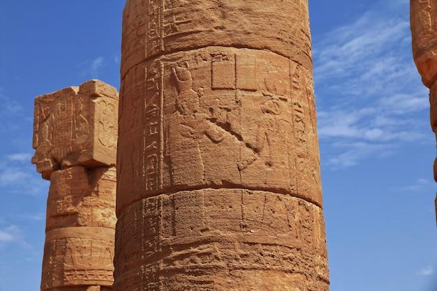 Die ruinen eines alten ägyptischen tempels in der wüste von sudan, nubien