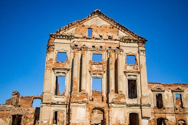 Die ruinen eines alten verlassenen mittelalterlichen palastes mit spalten in ruzhany region brest, weißrussland.
