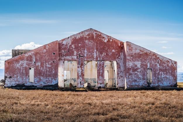 Die ruinen eines verlassenen dorfes in der herbstlichen chui-steppe. russland, republik altai