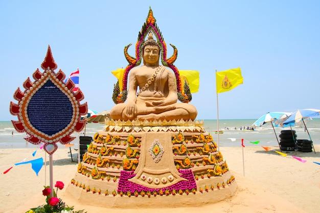 Die sandpagode von lord buddha wurde sorgfältig gebaut und beim songkran-festival wunderschön mit regenbogenblumen dekoriert
