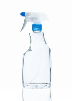 Die saubere desinfektionslösung in der sprühflasche schützt die covid-19-kontamination des virusbakteriums auf dem weißen hintergrund