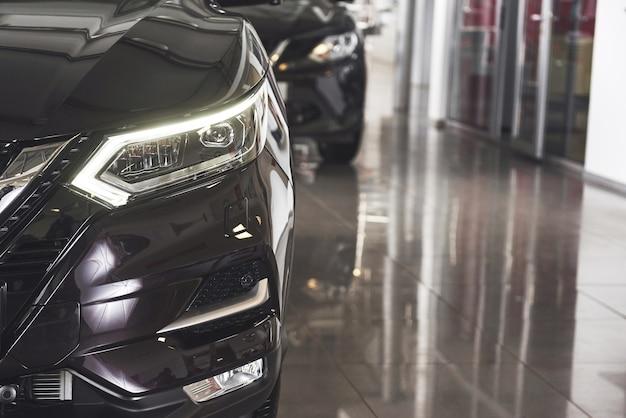 Die scheinwerfer und die motorhaube eines schwarzen luxusautos.