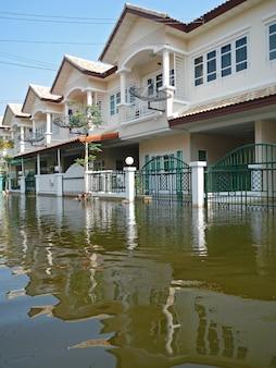 Die schlechteste überschwemmung auf dorf bei taling chan distric nahe bangkok, thailand