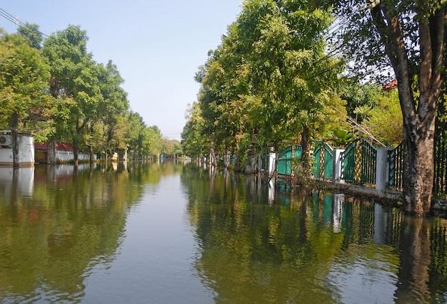 Die schlimmste überschwemmung des dorfes taling chan nach der flutkatastrophe in der nähe von bangkok
