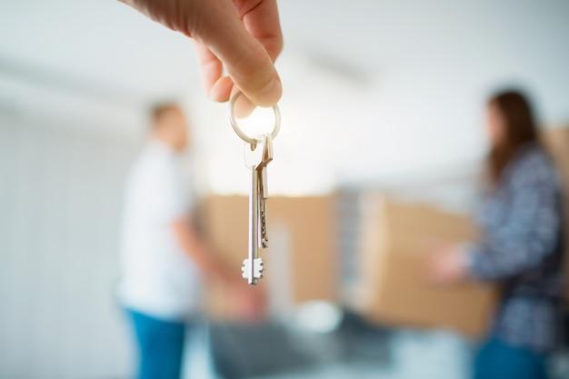 Die schlüssel in den händen der wohnung nahaufnahme