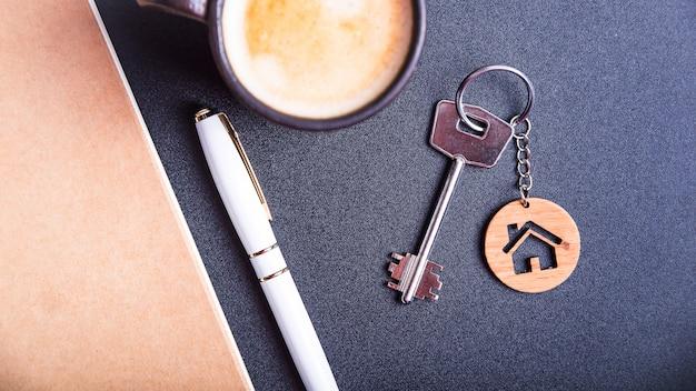 Die schlüssel zur neuen wohnung