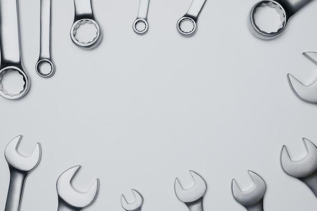 Die schlüsselstahlwerkzeuge für reparatur auf weißem hintergrund.