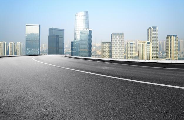 Die schnellstraße und die moderne skyline der stadt befinden sich in chongqing, china.