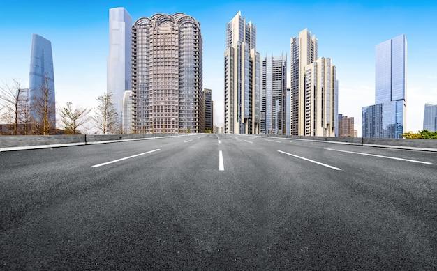 Die schnellstraße und die modernen stadtskyline sind in guangzhou, china.