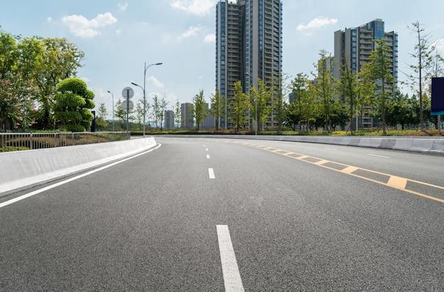 Die schnellstraße und die skyline der modernen stadt liegen in chongqing, china.