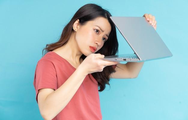 Die schöne asiatin öffnete langsam ihren laptop