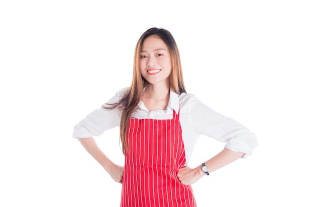 Die schöne asiatische frau, die das rote schutzblech betrachtet kamera und lächelt trägt