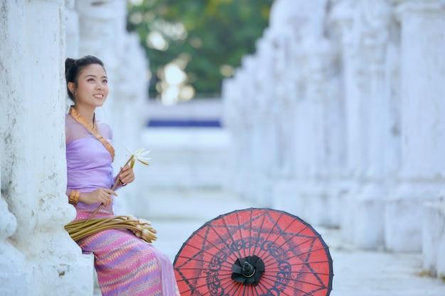 Die schöne frau myanmar in während des sonnenaufgangs, mandalay myanmar, weinlesestil