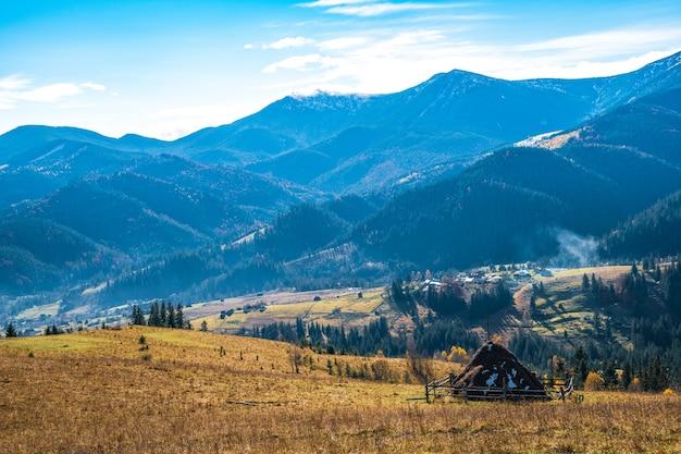 Die schöne frische natur der karpaten zeigt sich in den hohen hügeln bunter wälder, grüner wiesen und eines außergewöhnlich blauen himmels