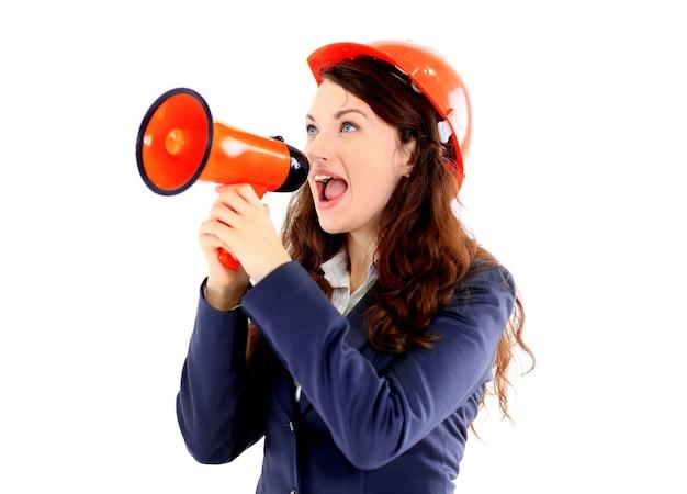 Die schöne geschäftsfrau, die der ingenieur in der shoutbox auf einem weißen schreit