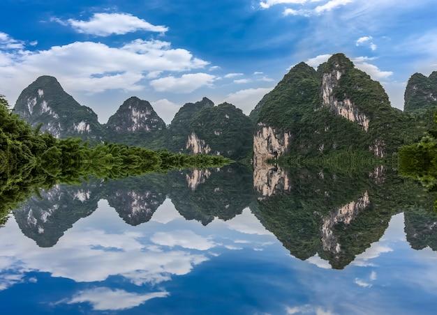 Die schöne landschaft des lijiang-flusses in guilin