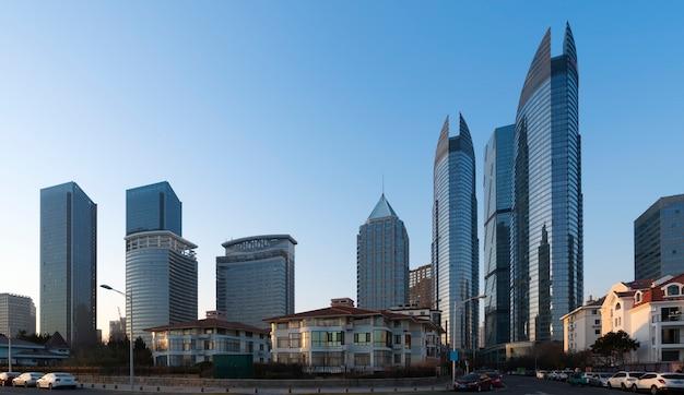 Die schöne moderne städtische architekturlandschaft von qingdao