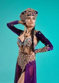 Die schöne sexy stylische brünette junge frau als cleopatra