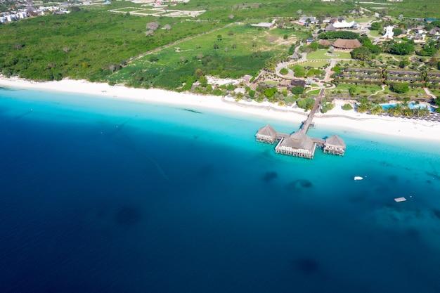Die schöne tropische insel sansibar luftaufnahme. meer in sansibar strand, tansania.