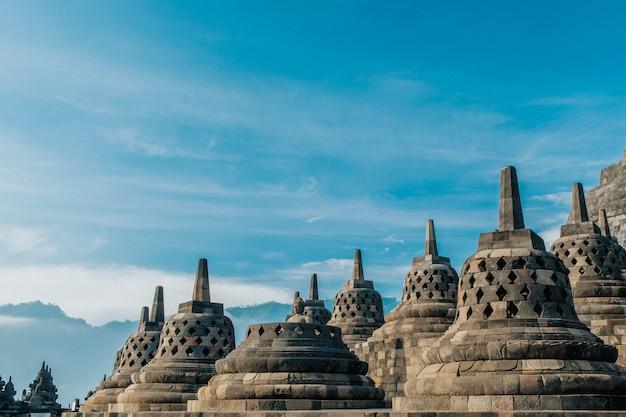 Die schönheit der borobudur stupa wird näher gesehen