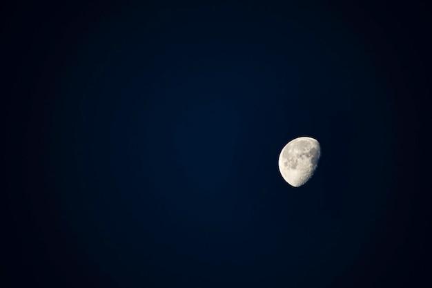 Die schönheit des halbmondes am nachthimmel.