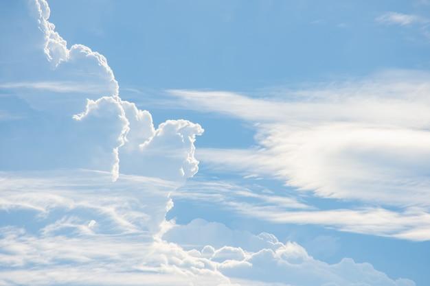Die schönheit des himmels mit wolken und sonne.