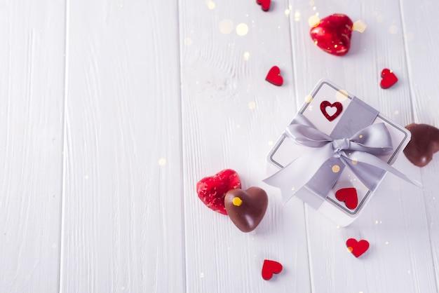 Die schokolade-liebe des valentinsgrußes formte schokoladensüßigkeiten mit geschenkbox