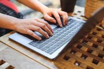 Die schreibende Tastatur des Mädchens im Café