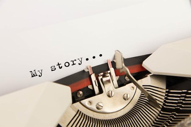 Die schreibmaschine mit einem leeren, sauberen blatt papier