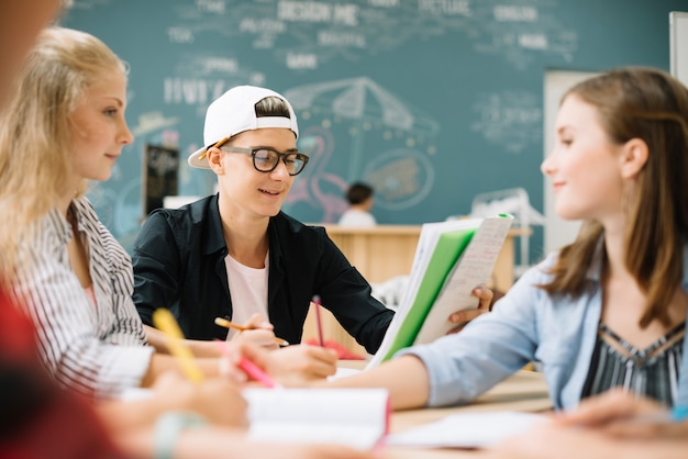 Die schüler chatten während des unterrichts
