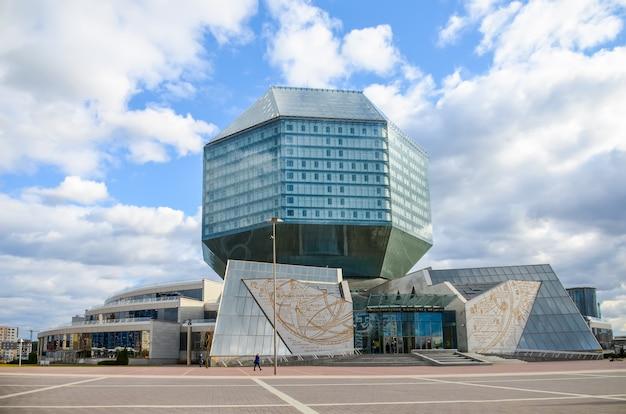 Die schüler kletterten an die spitze der belarussischen nationalbibliothek.