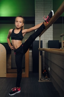 Die schülerin trainiert im fitnessstudio pilates im fitnessclub