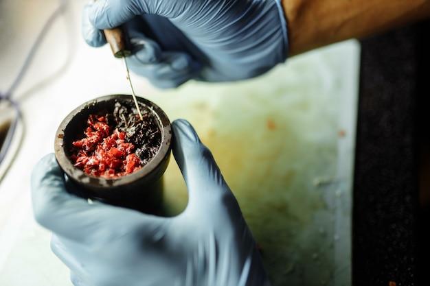 Die schüssel der wasserpfeife ist mit tabak gefüllt, der mit verschiedenen geschmacksrichtungen gemischt ist