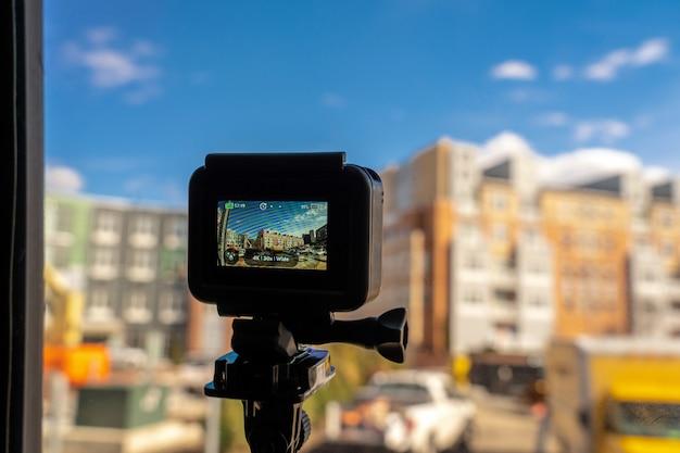 Die schwarze action-kamera gopro hero 7 nimmt das außengebäude zwischen dem reisen mit dem zug in beschlag