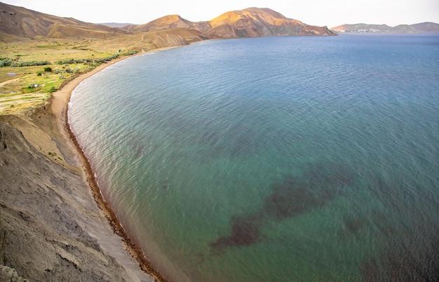 Die schwarzmeerküste auf der krim in koktebel am kapchamäleon bei sonnenuntergang
