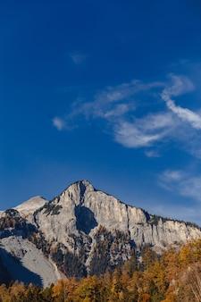 Die schweiz, alpine berge an der sonnigen sommertageslandschaft, blauer himmel
