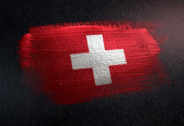 Die schweiz-flagge, die von der metallischen bürsten-farbe auf dunkler wand des schmutzes gemacht wird