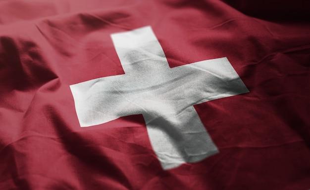 Die schweiz-flagge zerknittert nah oben