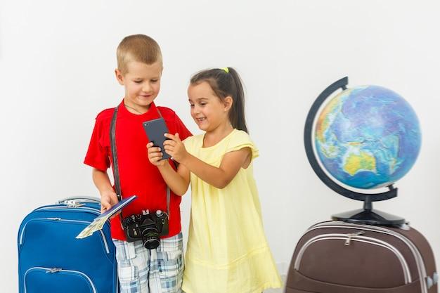 Die schwester, die bruder mit gepäck umarmt, bereiten vor sich zu reisen und touristisches konzept
