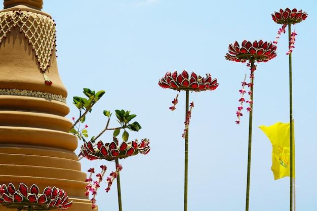 Die schwimmende sandpagode mit lotusblumen wurde sorgfältig gebaut und beim songkran-festival wunderschön dekoriert