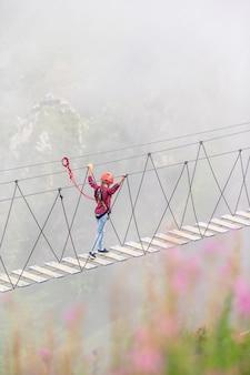 Die seilbrücke auf die oberseite des berges von rosa khutor, russland