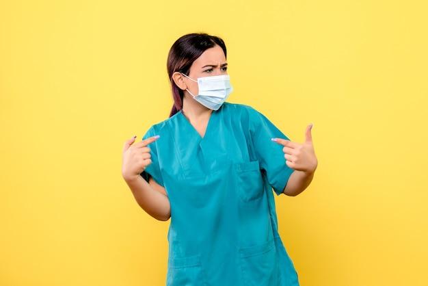 Die seitenansicht des arztes hilft patienten mit covid