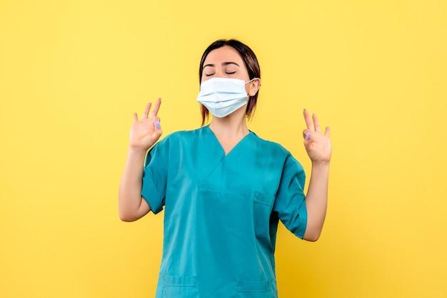 Die seitenansicht des arztes in der medizinischen maske weiß, wie man patienten heilt