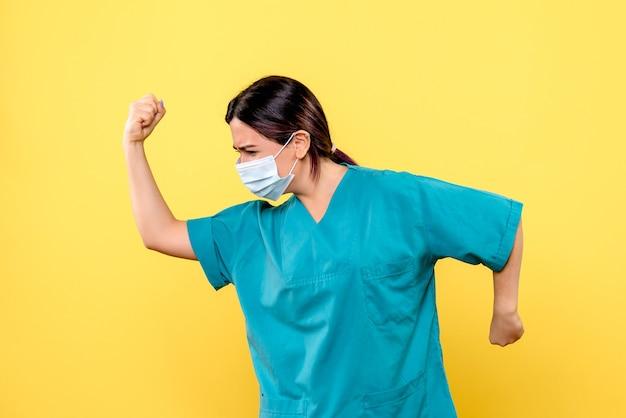 Die seitenansicht des arztes rettet patienten mit coronavirus das leben