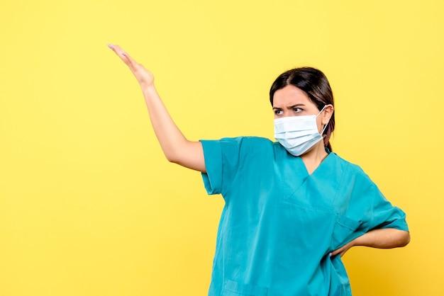 Die seitenansicht des arztes spricht über die wichtigkeit des tragens einer maske