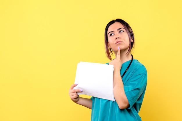 Die seitenansicht des arztes überlegt, wie die symptome der covid zu behandeln sind