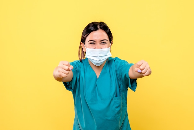 Die seitenansicht des arztes weiß, wie man patienten mit covid heilt