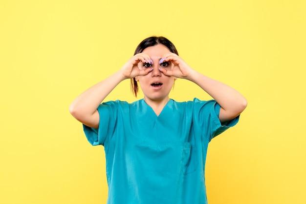 Die seitenansicht eines arztes in uniform weiß, wie man den kranken hilft