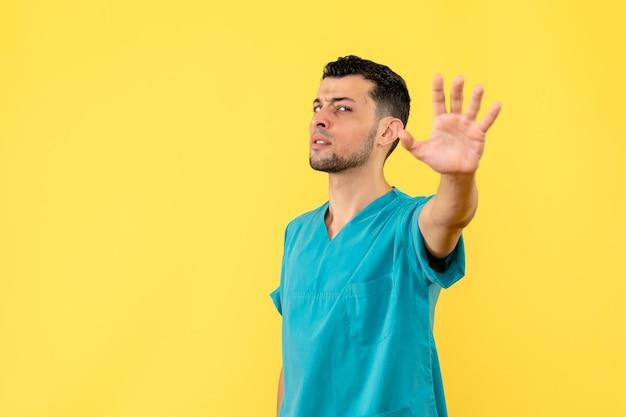 Die seitenansicht eines arztes spricht darüber, wie wichtig es ist, soziale distanz zu wahren