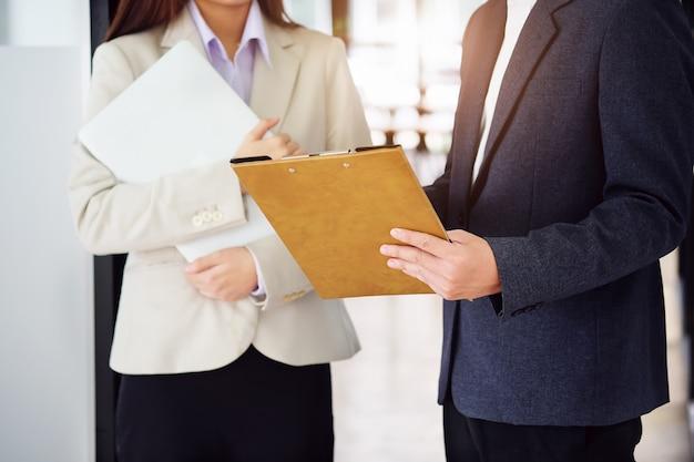 Die sekretärin sendet betriebsunterlagen an den firmeninhaber, um das budget zu überprüfen.